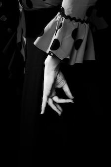 Mano del primo piano in bianco e nero