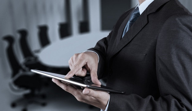 Mano dell'uomo d'affari che funziona con una compressa digitale