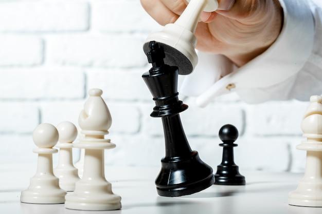 Mano dell'uomo d'affari che gioca a scacchi