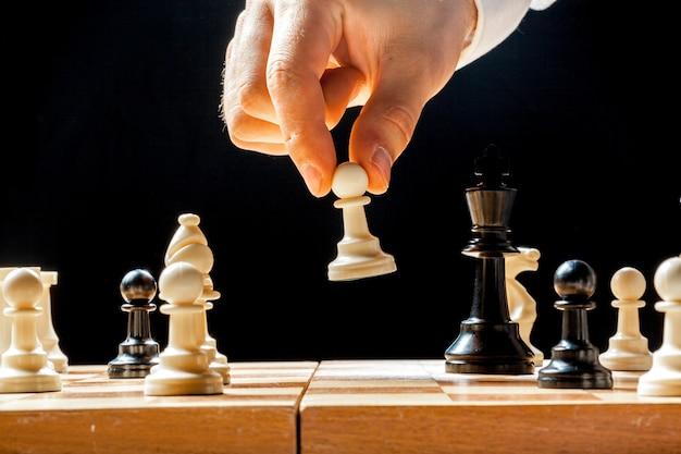 Mano dell'uomo d'affari che gioca scacchi