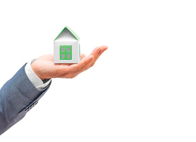 Mano dell'uomo d'affari che giudica casa astuta verde isolata. consapevolezza e consapevolezza ambientale, concetto eco-compatibile. copia spazio