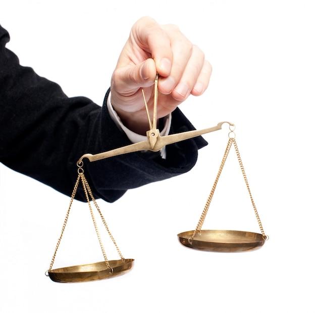 Mano dell'uomo d'affari che tiene un equilibrio