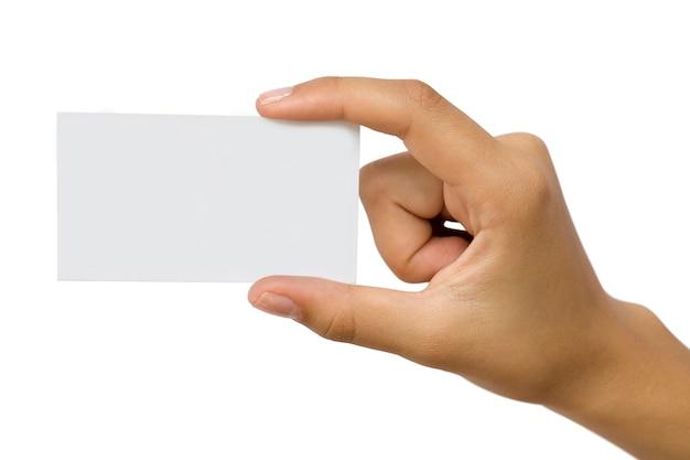 Mano dell'uomo d'affari in una manica di camicia rosa che tiene biglietto da visita di carta in bianco, primo piano isolato