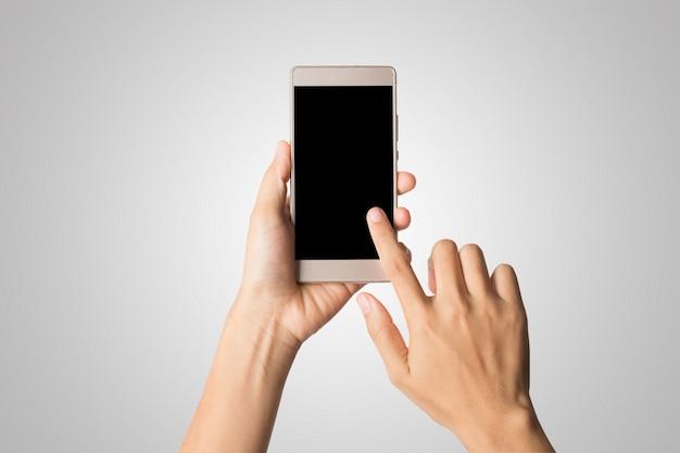 Mano della donna che tiene lo schermo astuto del telefono astuto. copia spazio. mano che tiene smartphone isolato su sfondo bianco.