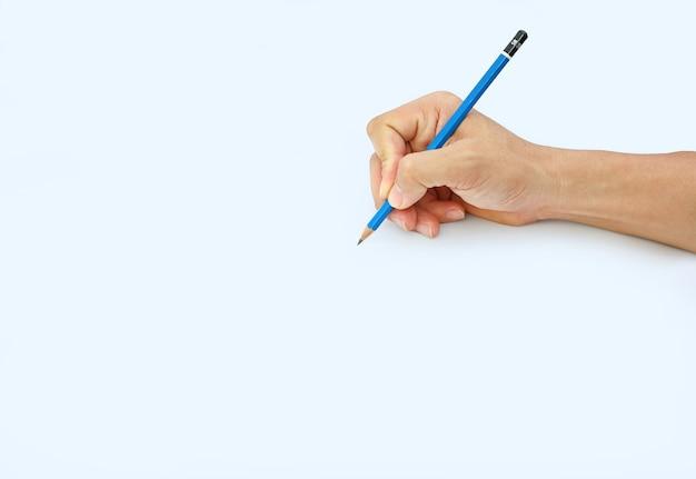 Mano della donna che tiene una matita su una priorità bassa del libro bianco