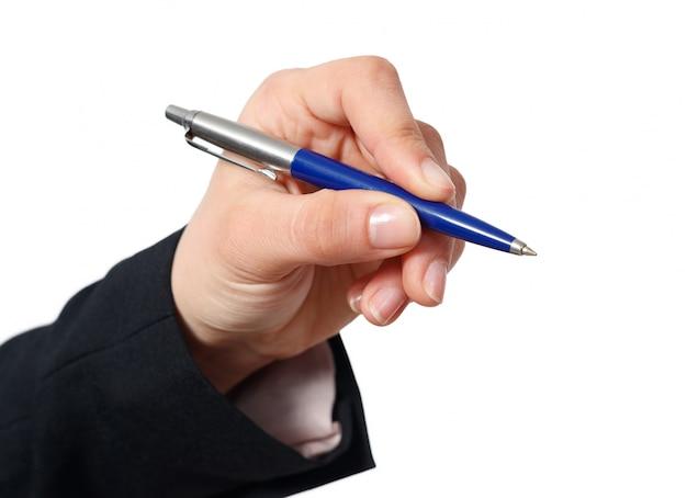 Mano della donna con la penna isolata su bianco