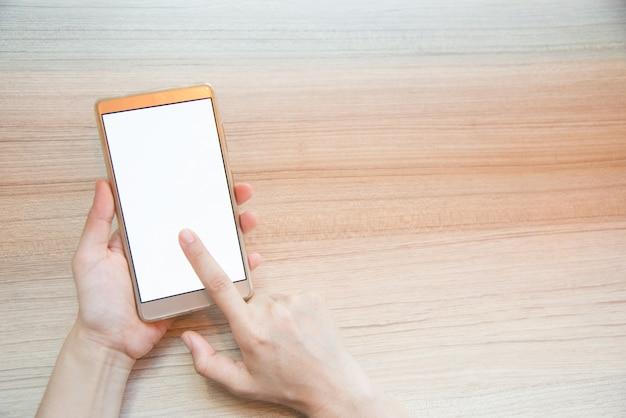 Mano della donna del primo piano che scrive sullo smart phone