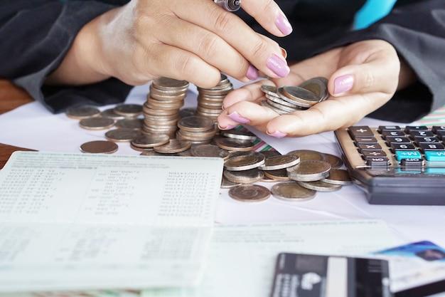 Mano della donna di affari che calcola i soldi di risparmio
