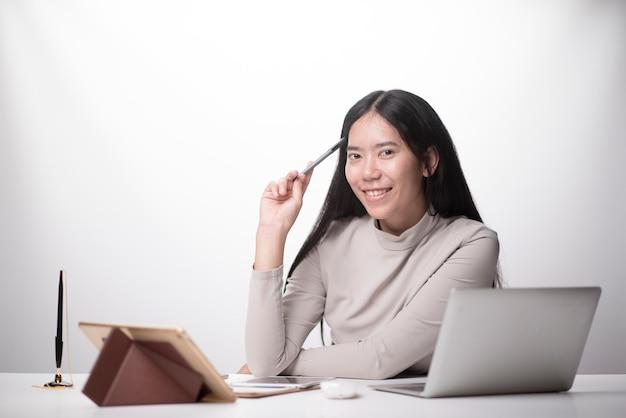 Mano della donna facendo uso dello smart phone, pagamenti mobili acquisti online