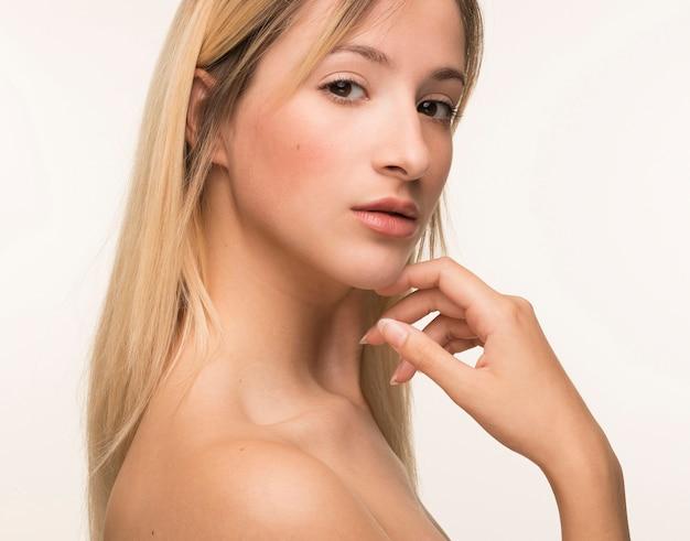 Mano della giovane donna sulla posa del mento