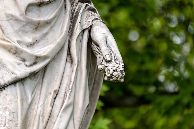 Mano della statua in marmo di cerere romana o demetra greca nel parco
