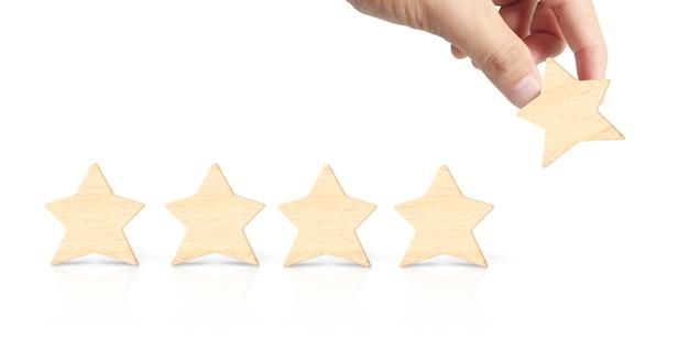 Mano di mettere aumentare legno a forma di cinque stelle