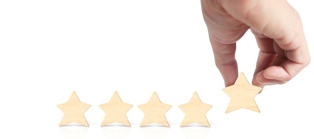 Mano di mettere aumentare recensione a cinque stelle in legno