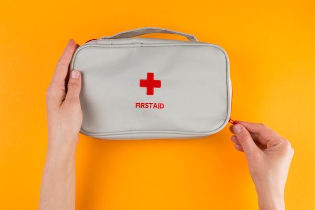 Mano di vista superiore con kit di pronto soccorso