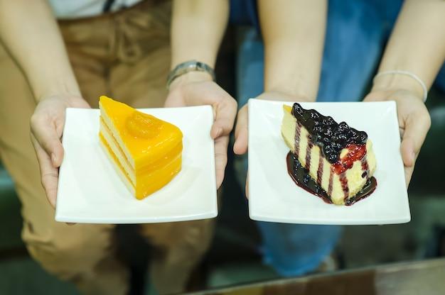 Mano e torta della ragazza deliziosi dessert snack di amante della salute