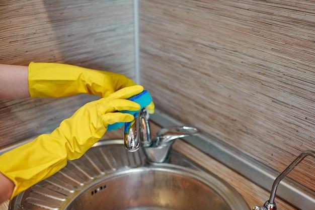 Mano femminile che lava