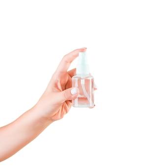 Mano femminile che tiene la bottiglia di crema