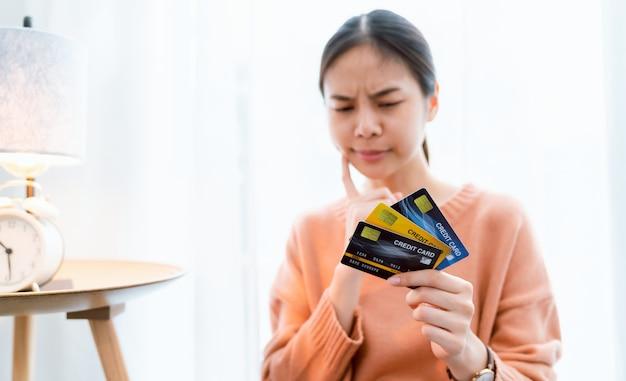 Mano femminile che tiene le carte di credito