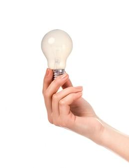 Mano femminile che tiene una lampadina