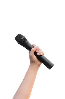 Mano femminile con l'isolato del microfono su fondo bianco