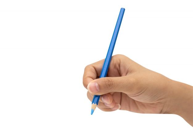 Mano femminile con la matita di colore blu isolata su bianco