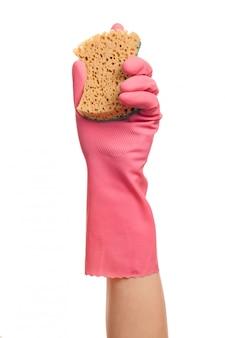 Mano in un guanto rosa con spugna