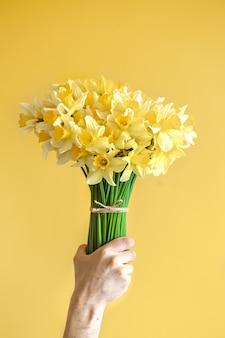 Mano maschile con un mazzo di fiori