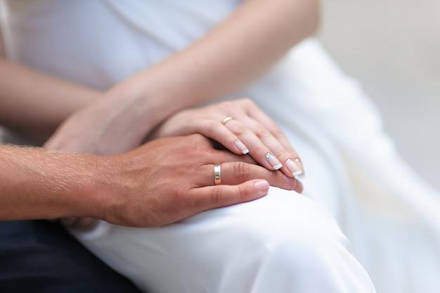 Mano maschio e femmina con anelli