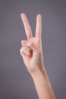 Mano mostrando, indicando due dita, gesto della mano vittoria