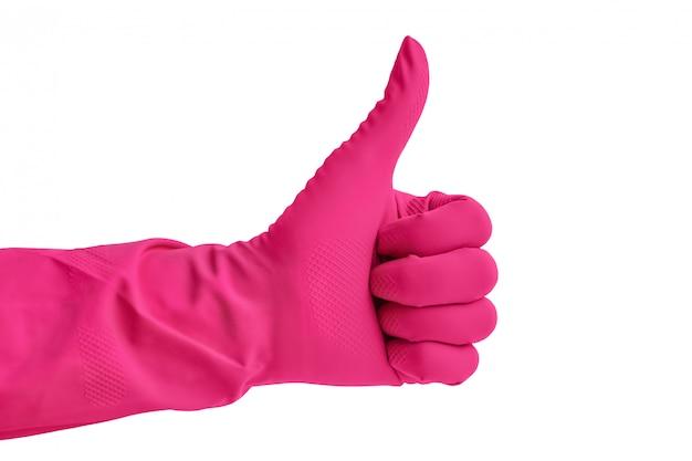 Mano nel guanto di gomma rosa per la pulizia isolato su sfondo bianco.