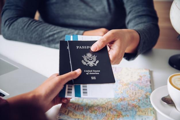 Mano per passaporto turistico per le autorità