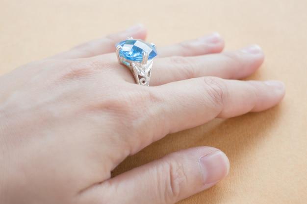 Mano su anello gioiello in pietra preziosa