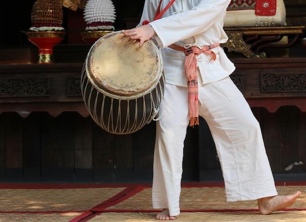 Mano suonare il tamburo, in stile tailandese