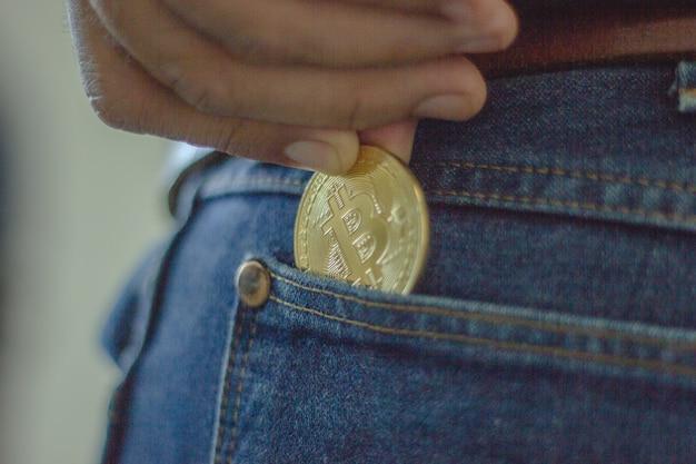 Mano tenere soldi futuri bitcoin in mano di donna. per l'era del futuro e della nuova moneta.