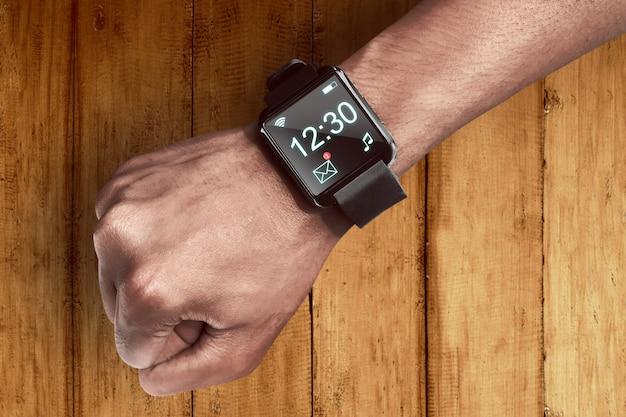 Mano umana che indossa un orologio intelligente