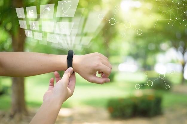 Mano umana con schermo virtuale fitness, concetto di tecnologia sanitaria