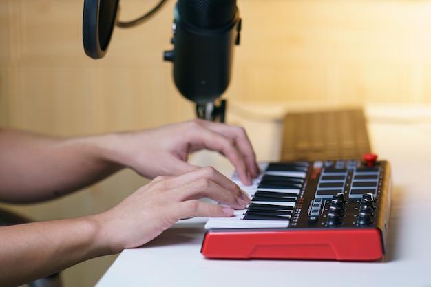 Mano usando la consolle di missaggio del suono attrezzatura per lo studio musicale.