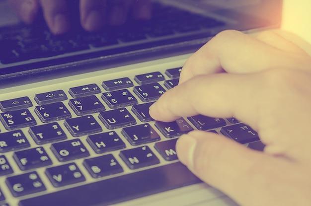 Mano vintage sulla tastiera.
