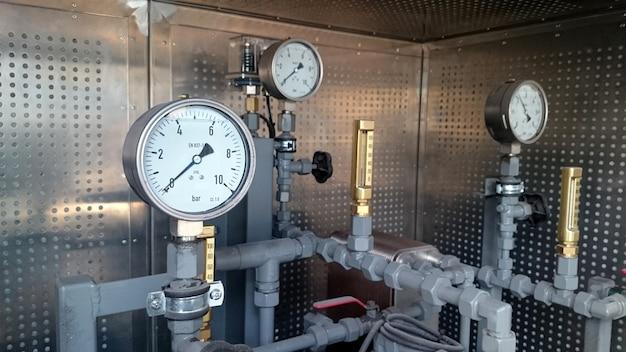 Manometri installati sulla pipeline. misura della pressione dell'acqua negli impianti industriali.