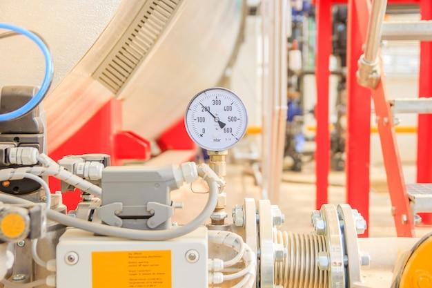 Manometro nel tubo, flussometro e valvole del rubinetto del sistema di riscaldamento nel locale caldaie a gas
