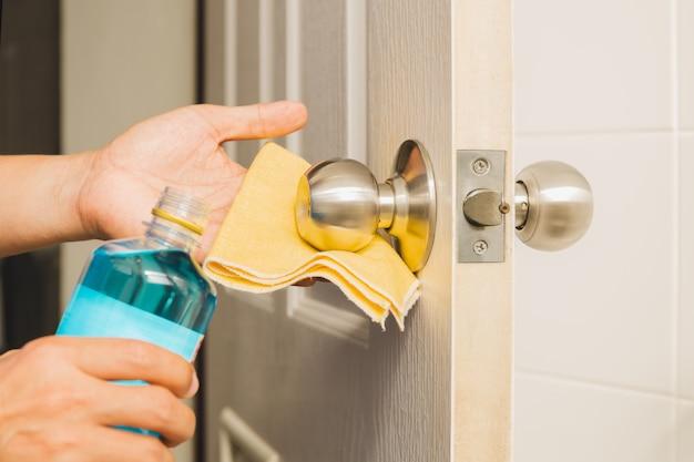 Manopola per la pulizia delle mani con alcool e panno in microfibra gialla.