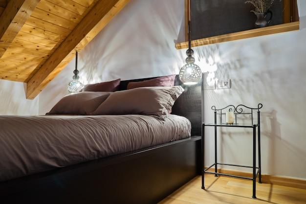 Mansarda accogliente camera da letto in stile rustico