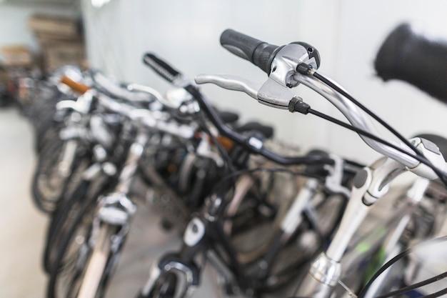 Manubrio della bicicletta nel negozio di articoli sportivi