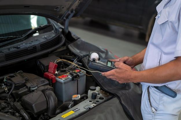 Manutenzione meccanica dell'auto da lavoro