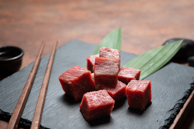 Manzo di carne fresca, carne cruda sulla roccia del piatto