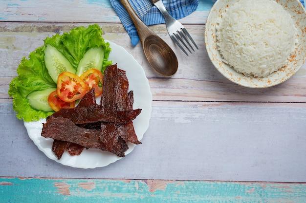 Manzo essiccato al sole fritto con salsa di pomodoro e riso al vapore