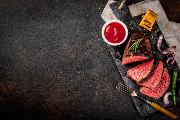 Manzo fresco alla griglia, carne barbecue fatta in casa mediamente cotta