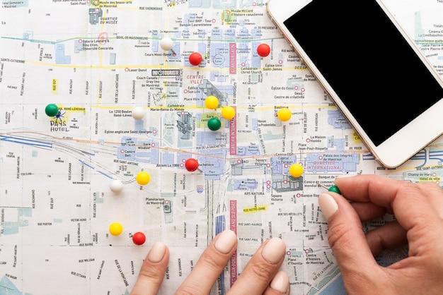 Mappa contrassegnata con spilli da un turista