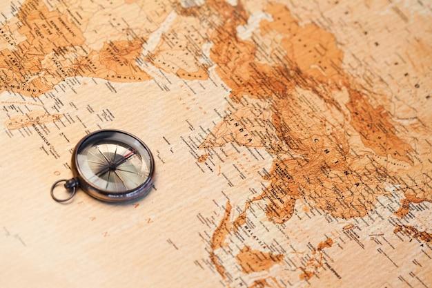 Mappa del mondo con bussola che mostra africa e asia