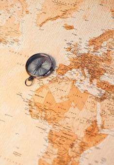 Mappa del mondo con bussola che mostra l'africa e l'europa